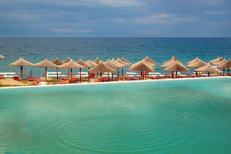 Piscina da una spiaggia immagine stock libera da diritti
