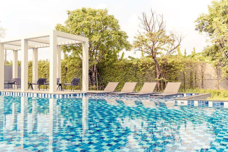 piscina de la cama con la piscina al aire libre en hotel y centro turístico foto de archivo libre de regalías