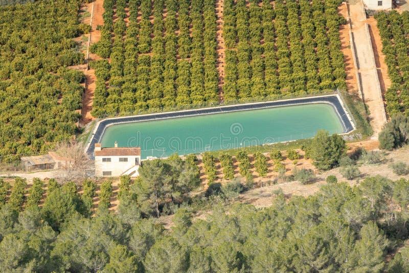 Piscina de la deshidratación rodeada por las tierras de labrantío en área española rural imagen de archivo