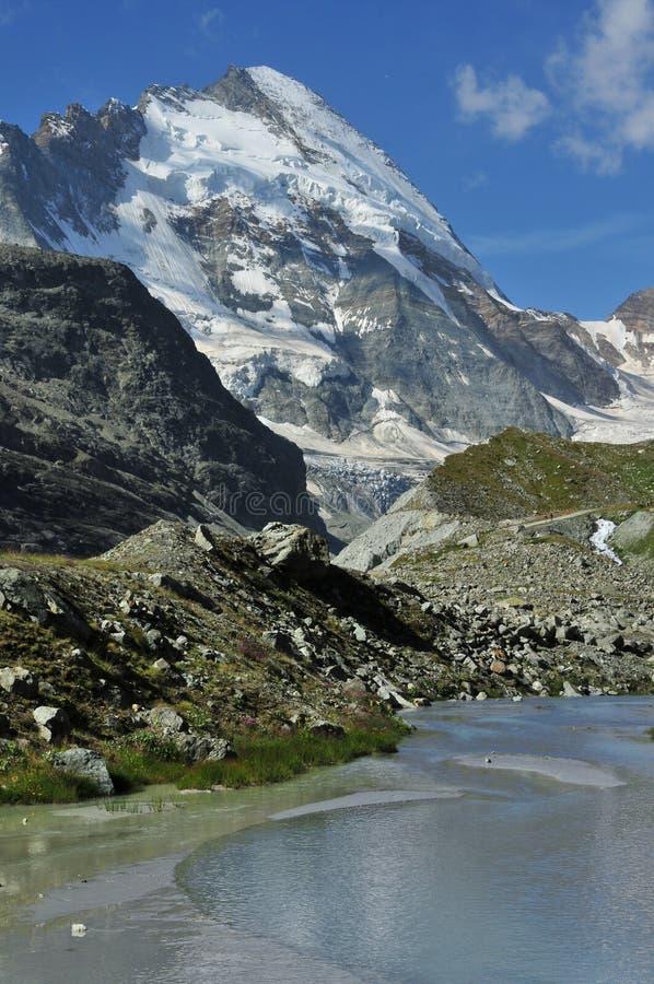 Piscina de la montaña y d'Herens de la abolladura fotos de archivo