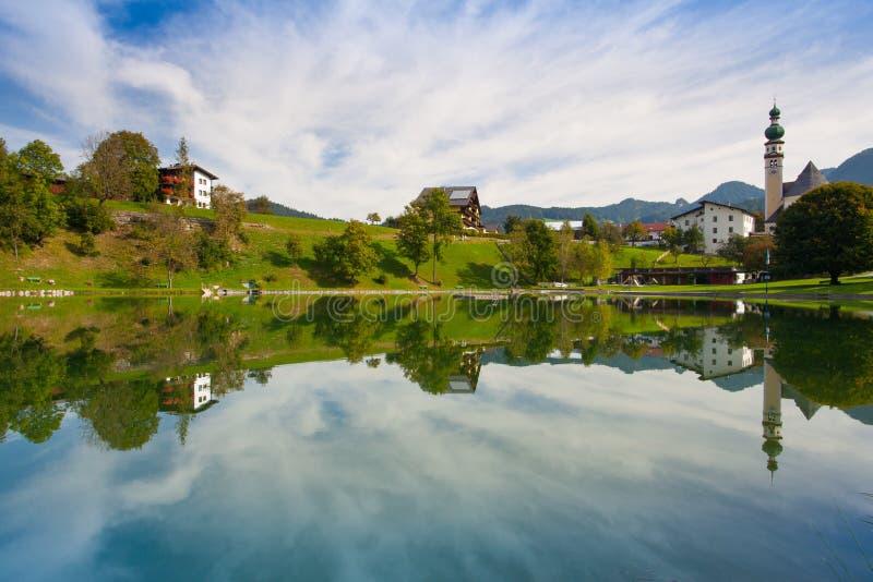 Piscina de la naturaleza en Reith, Austria fotografía de archivo