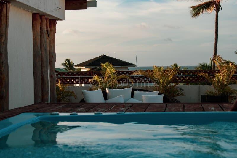 Piscina de lujo del tejado en la ubicación exclusiva en el Caribbeans imagen de archivo libre de regalías