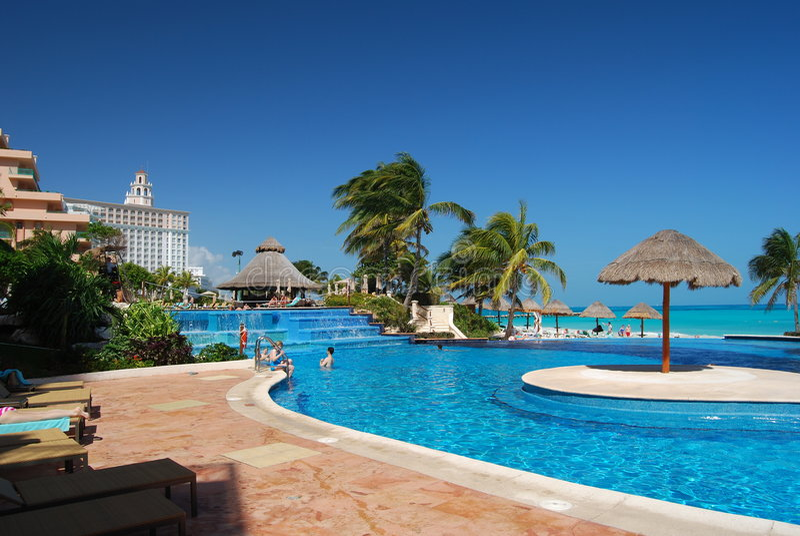Piscina del Caribe del centro turístico imagen de archivo libre de regalías