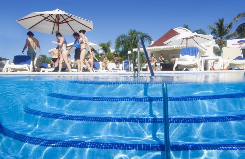 Piscina del hotel Bahia Principe Aquamarine magnífica imagen de archivo