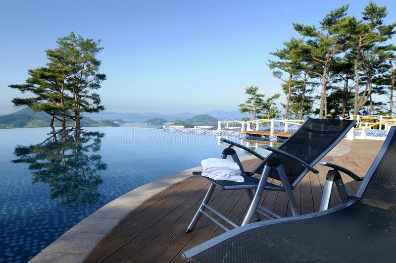 Piscina del infinito del hotel de balneario, vacaciones de verano sanas de la forma de vida fotografía de archivo