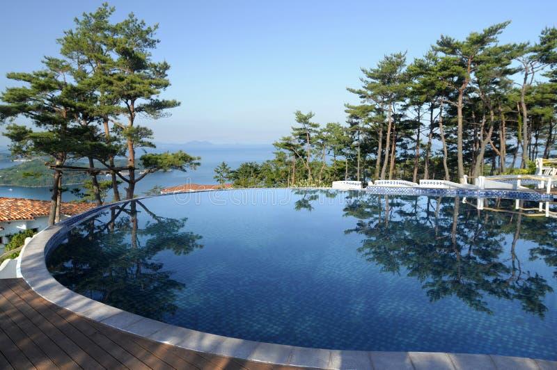 Piscina del infinito del hotel de balneario, vacaciones de verano sanas de la forma de vida imagen de archivo