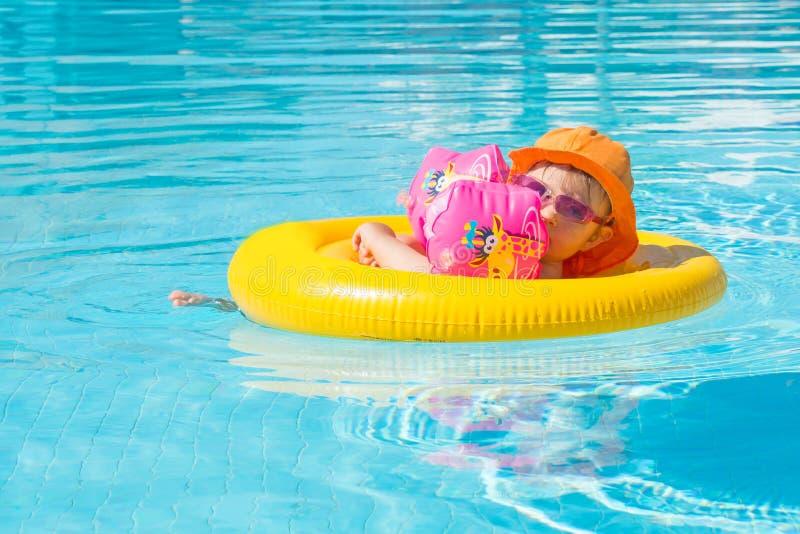Piscina del verano del bebé foto de archivo