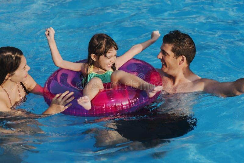 Piscina della famiglia che gioca concetto di vacanza estiva di unità immagini stock libere da diritti