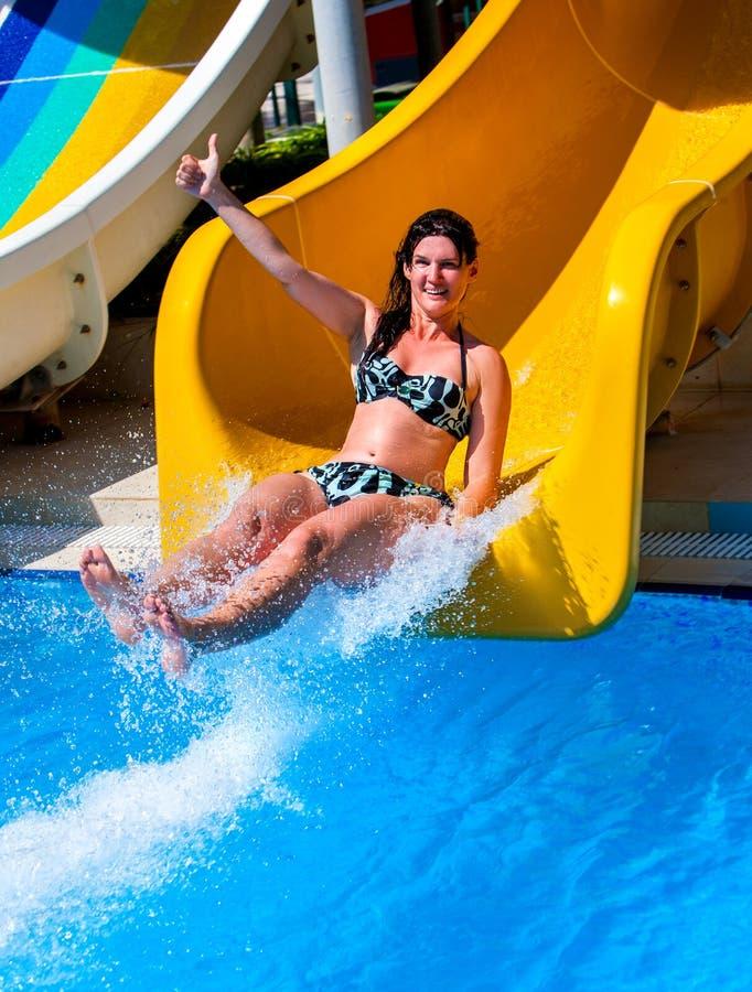 A piscina desliza para a corrediça de água azul dos adultos no aquapark foto de stock royalty free