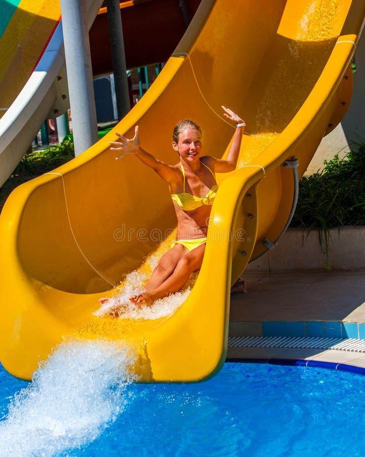 A piscina desliza para crianças na corrediça de água no aquapark foto de stock royalty free
