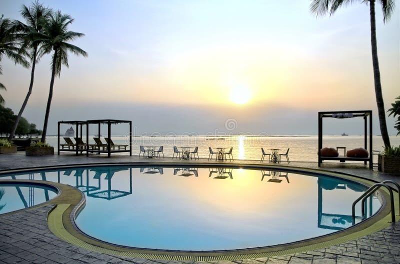 Piscina do hotel de luxo perto da praia com reflexão imagens de stock royalty free