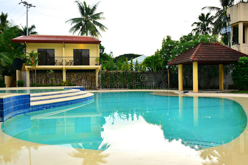 Piscina do recurso do VIP da residência privada em Negros oriental, Filipinas foto de stock