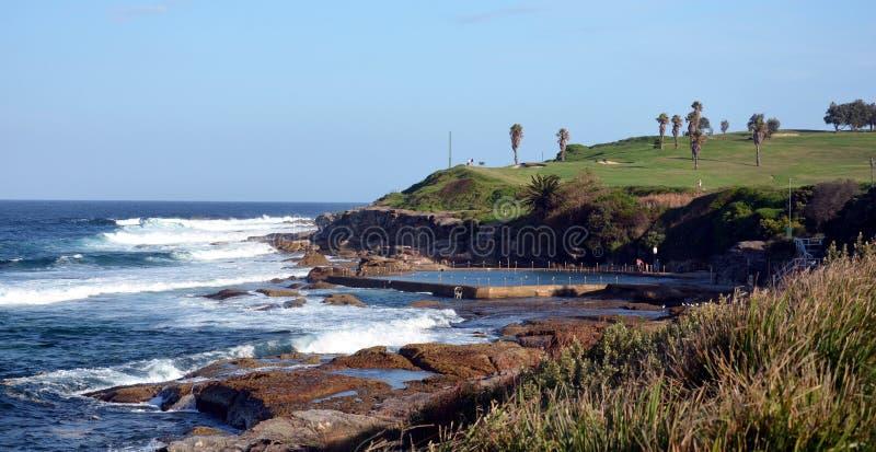 Piscina e campo de golfe exteriores na praia de Malabar fotografia de stock