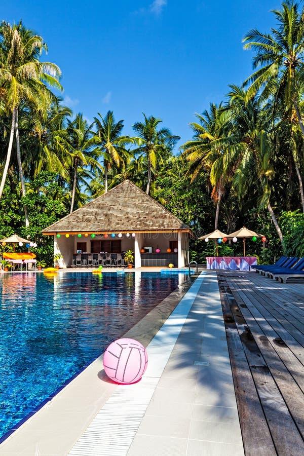 Piscina em um hotel tropical fotografia de stock
