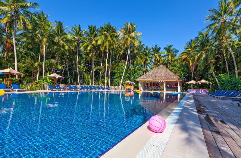 Piscina em um hotel tropical imagem de stock