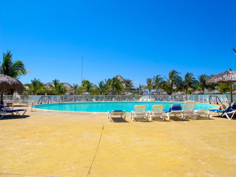 Piscina en el centro turístico (Cuba, Caribbeans) fotografía de archivo
