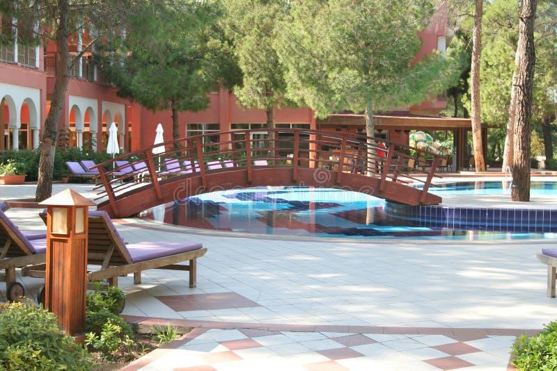 Piscina en el jardín del hotel imagen de archivo libre de regalías