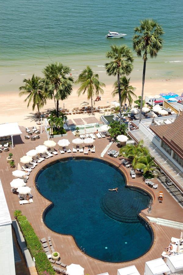 Piscina en la playa del hotel popular fotografía de archivo