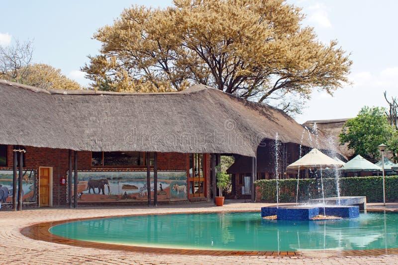Piscina en un camping en el parque nacional de Pilanesberg imagen de archivo