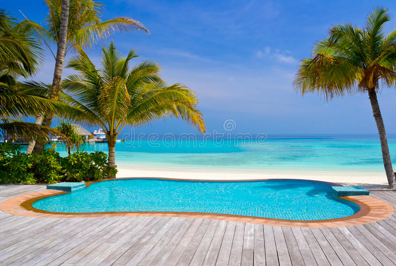 Piscina en una playa tropical imágenes de archivo libres de regalías