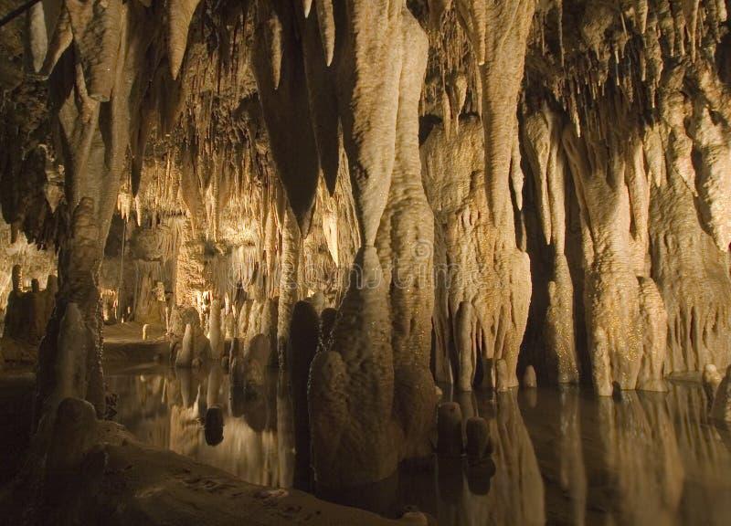 Piscina G11 con formaciones de la cueva imagen de archivo