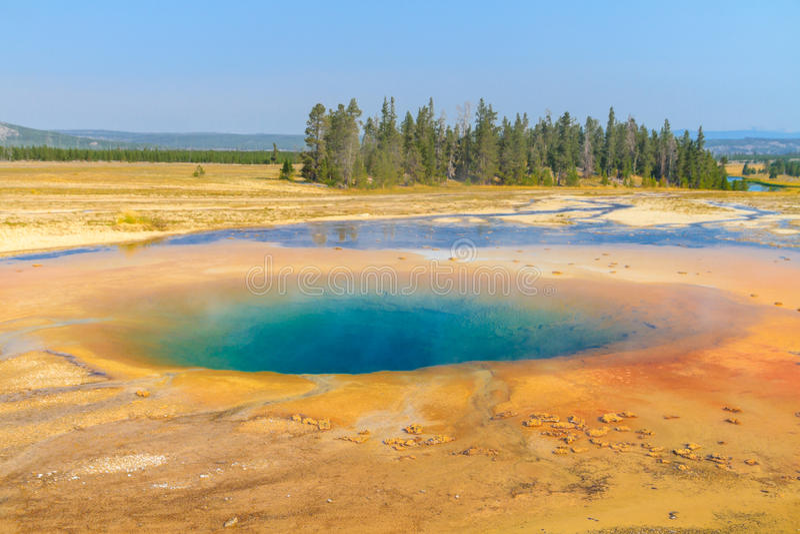 Piscina geotérmica colorida caliente, parque nacional de Yellowstone fotografía de archivo