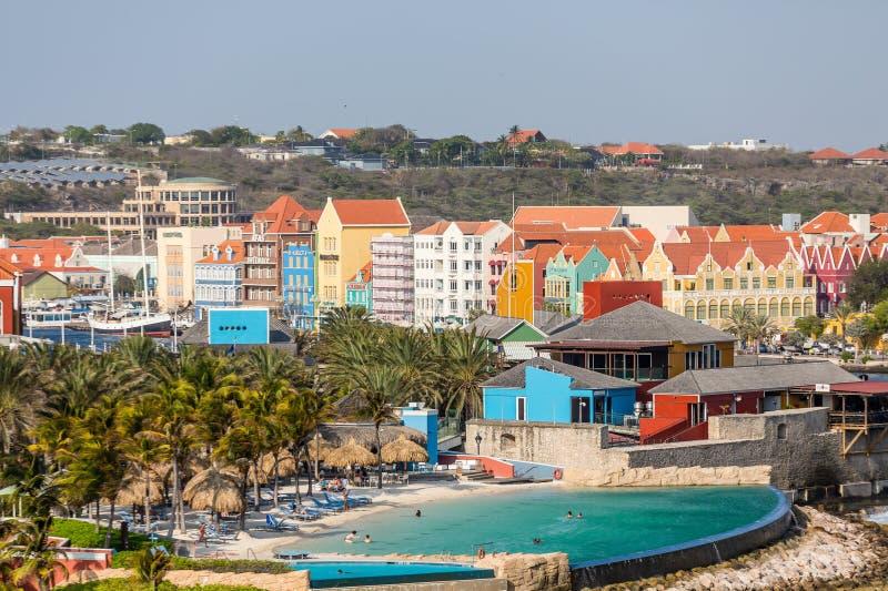 Piscina grande por el centro turístico en Curaçao colorido foto de archivo
