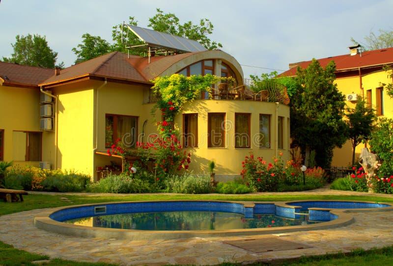 Piscina hermosa del jardín de la casa fotos de archivo libres de regalías