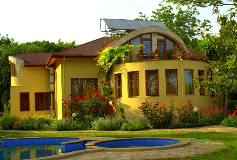 Piscina hermosa del jardín de la casa imágenes de archivo libres de regalías
