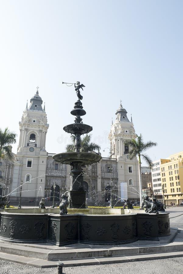 Piscina hermosa en el alcalde de la plaza de Lima per? fotos de archivo