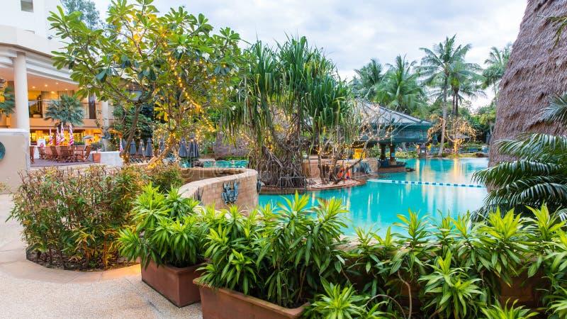 Piscina hermosa en el centro turístico, Phuket, Tailandia imagen de archivo