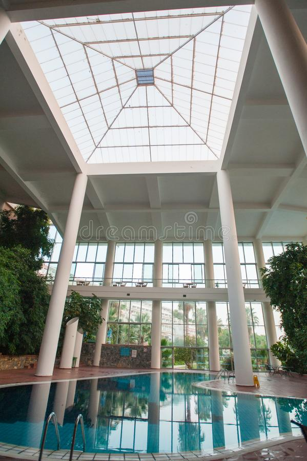 Piscina interior com colunas e folha brancas fotografia de stock
