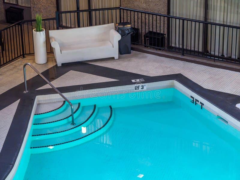 Piscina interior em um hotel foto de stock royalty free