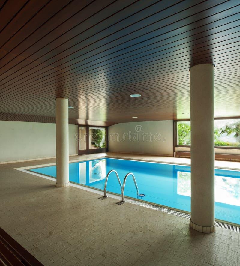 Piscina interna com escada fotografia de stock royalty free