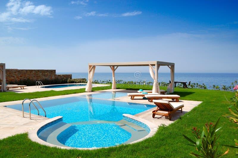 Piscina na casa de campo luxuosa fotografia de stock royalty free