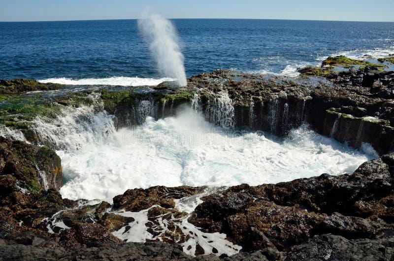 Piscina natural en la efervescencia completa, garita del La de Bufadero, islas Canarias fotos de archivo
