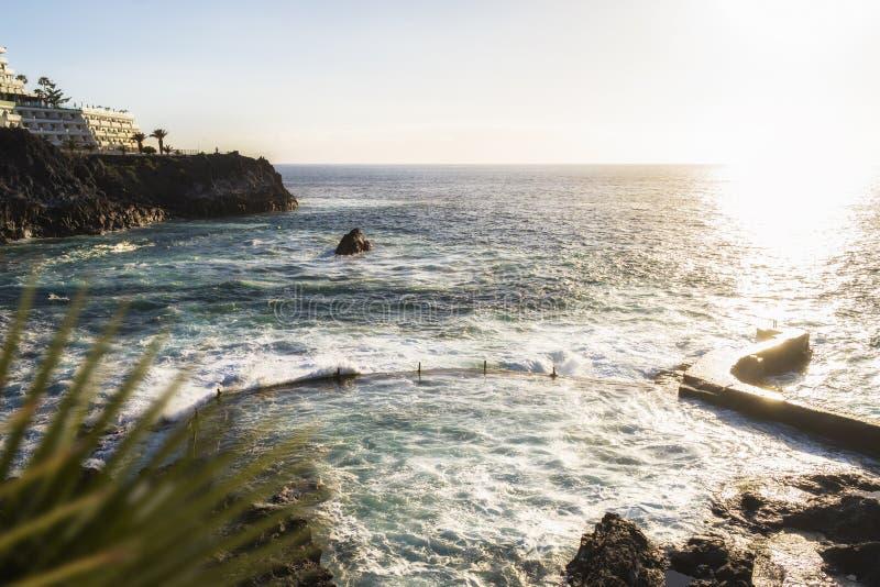 Piscina natural en la puesta del sol en Tenerife fotografía de archivo libre de regalías