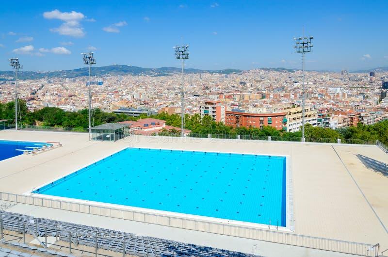 Piscina pública na montanha de Montjuïc, vista superior da cidade de Barcelona, Espanha imagens de stock