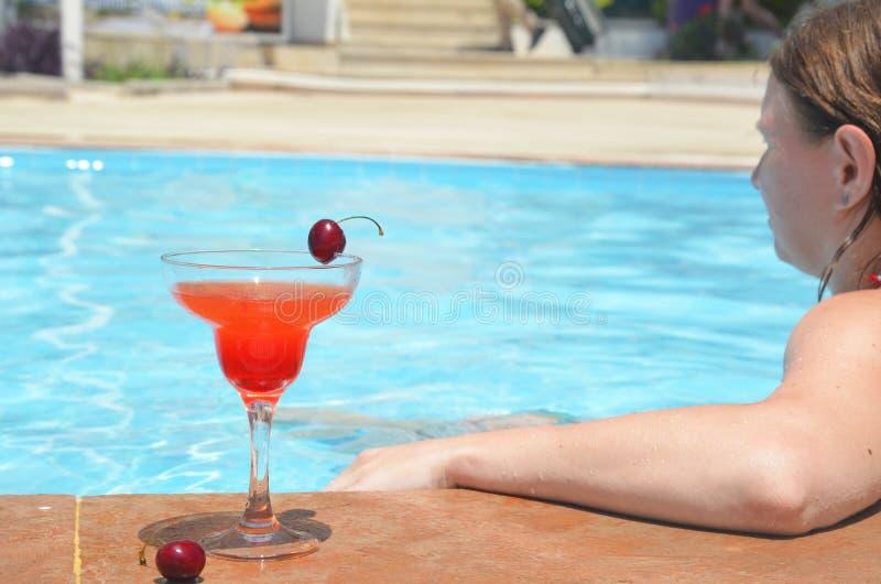 Piscina rossa saporita del fondo del cocktail Cocktail della margarita con un vetro delle ciliege immagine stock libera da diritti