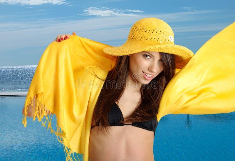 Piscina siguiente de la muchacha atractiva del verano fotos de archivo