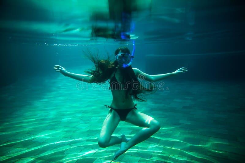 Piscina subacuática de la nadada de la muchacha con el tubo respirador fotos de archivo libres de regalías