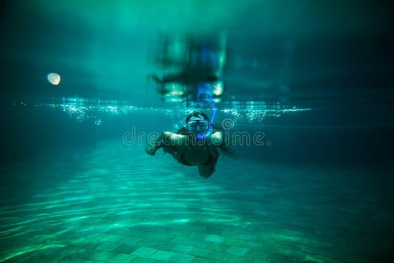 Piscina subacuática de la nadada de la muchacha con el tubo respirador fotografía de archivo libre de regalías