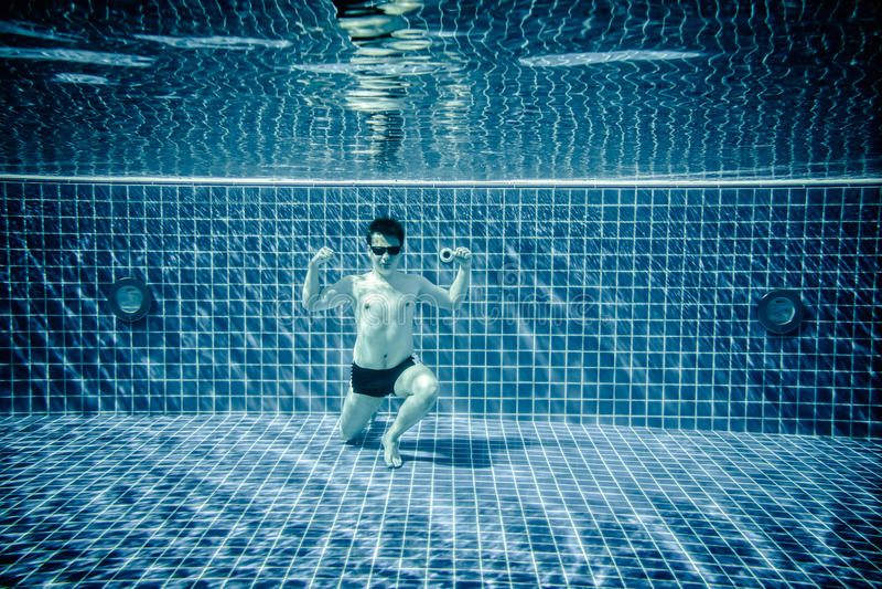 Piscina subacuática que retrata al superhombre fotos de archivo