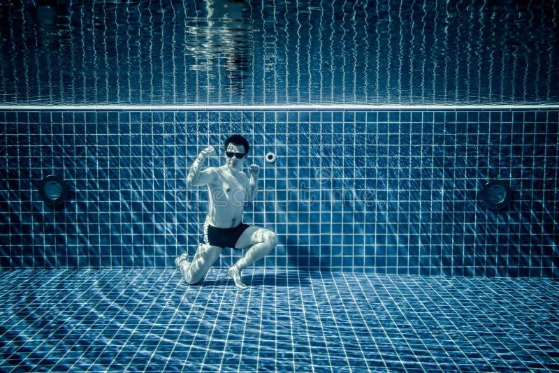 Piscina subacuática que retrata al superhombre fotografía de archivo