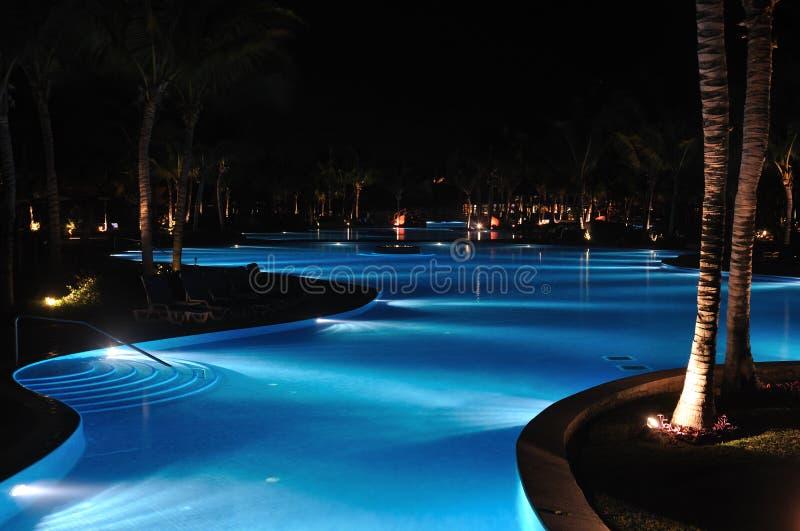 Piscina Tropical Do Recurso No Nighttime Imagem de Stock Royalty Free
