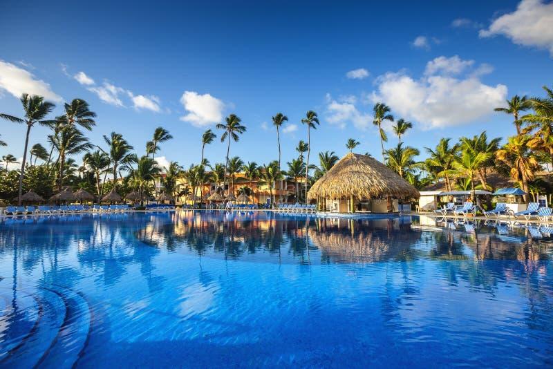 Piscina tropical no recurso luxuoso, Punta Cana foto de stock royalty free