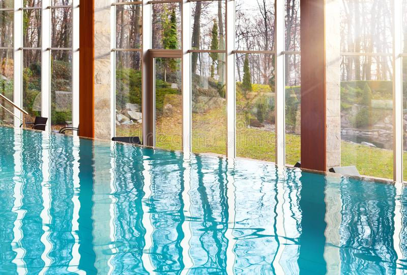 Piscina vazia luxuoso da infinidade com as janelas de vidro grandes imagem de stock royalty free