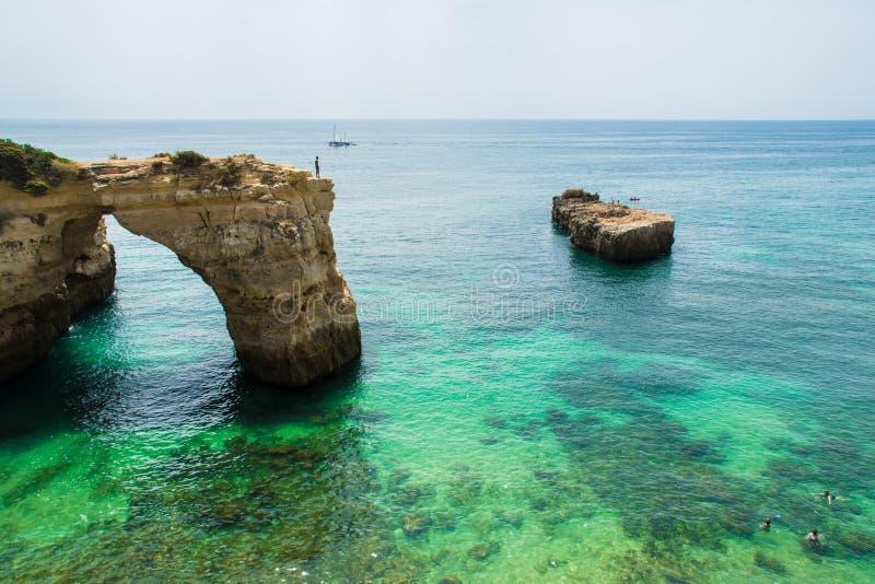Piscina verde en Algarve foto de archivo