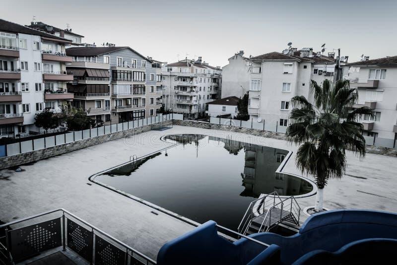 Piscina vuota nella città di Cinarcik - Turchia fotografie stock libere da diritti