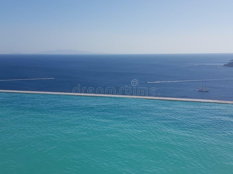 Piscina y mar en Grecia imágenes de archivo libres de regalías